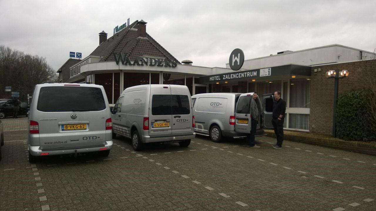 OTD montage team auto bij installatie keycardsysteem hotel